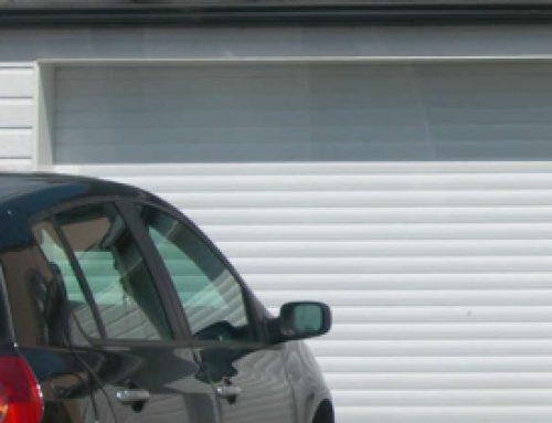 La porte de garage enroulable : principe, avantages et conseils