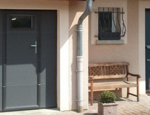 Zoom sur la porte de garage avec portillon