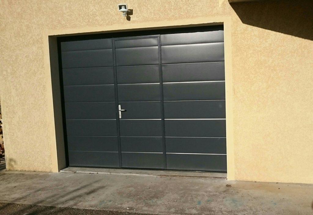 porte de garage sectionnelle sur mesure avec portillon