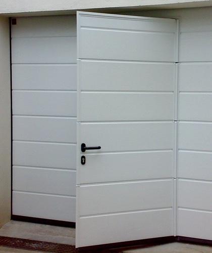 porte de garage sectionnelle à portillon intégré