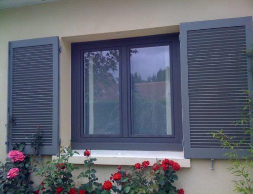 Zoom sur la fenêtre PVC anthracite