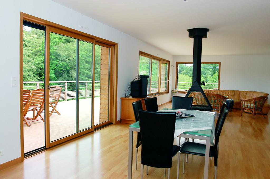 Zoom sur la baie vitrée en bois