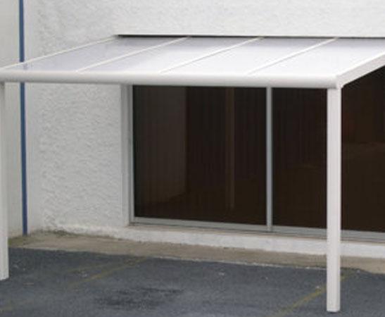La pergola à toit en polycarbonate : quels atouts pour votre extérieur ?