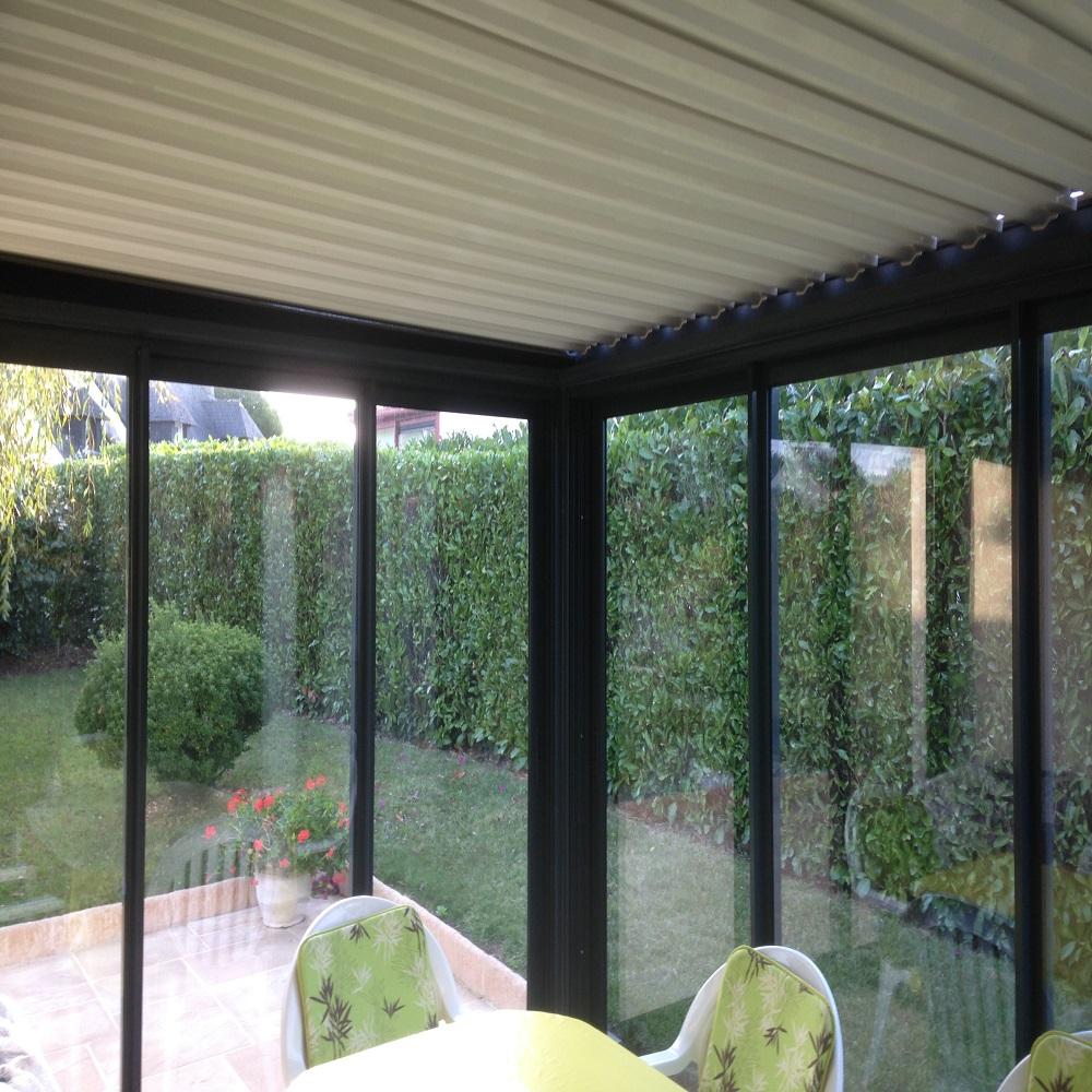 Peut-on fermer une pergola avec une baie vitrée ?