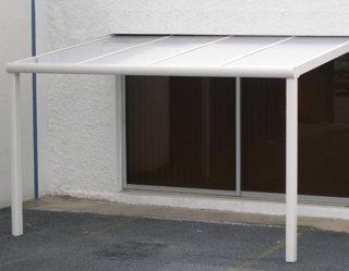 Zoom sur la pergola à toit polycarbonate