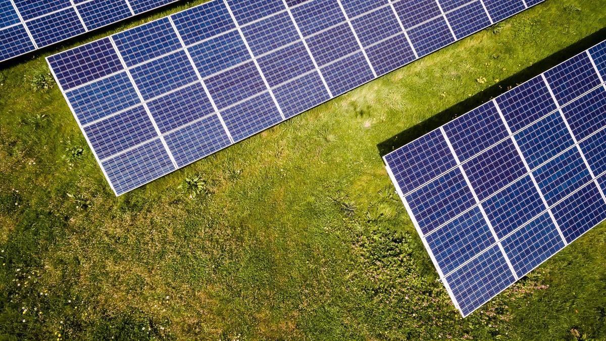 Panneaux solaires au sol : fonctionnement et prix