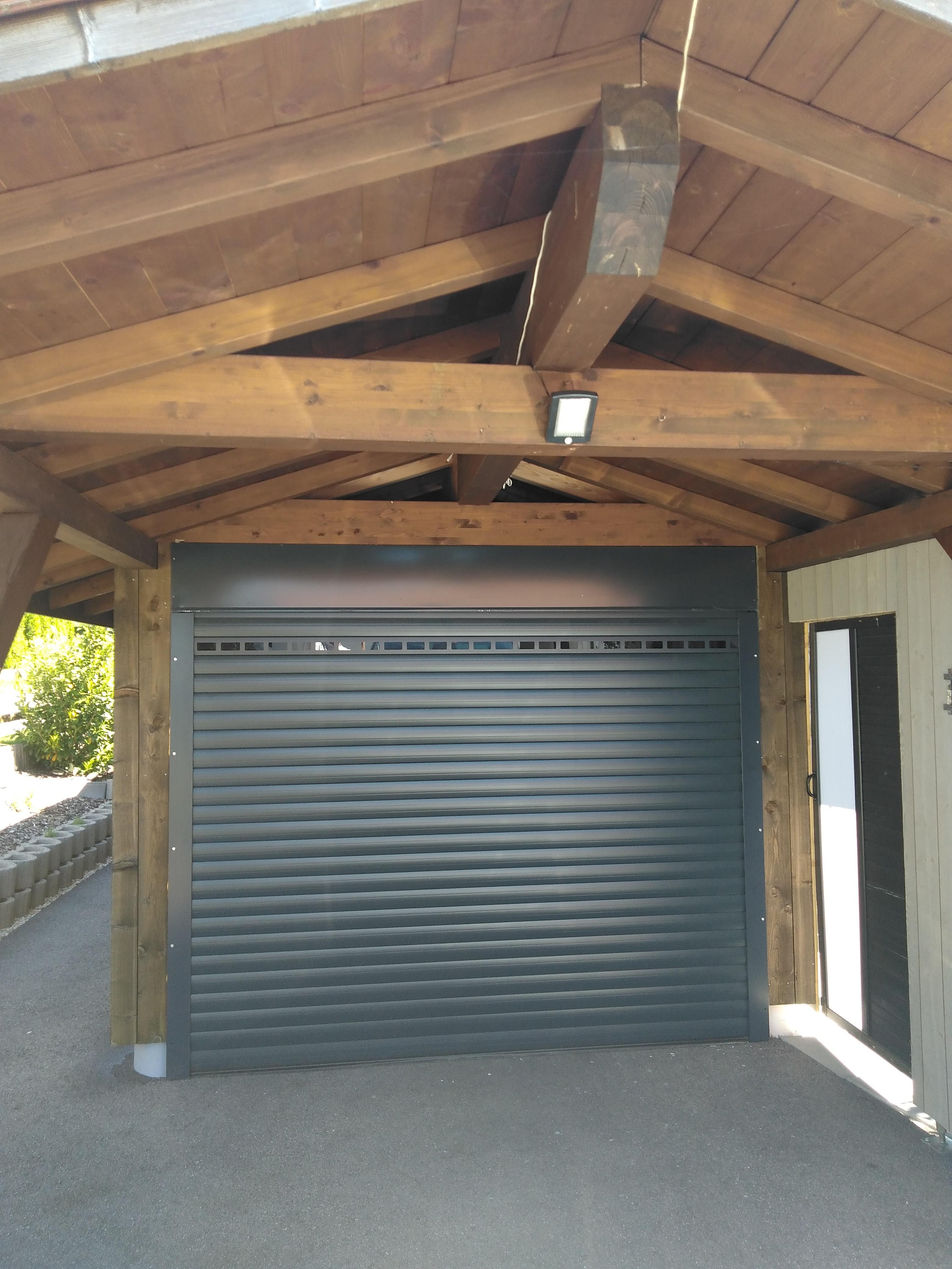 Zoom sur la porte de garage enroulable sur mesure Orion Menuiseries