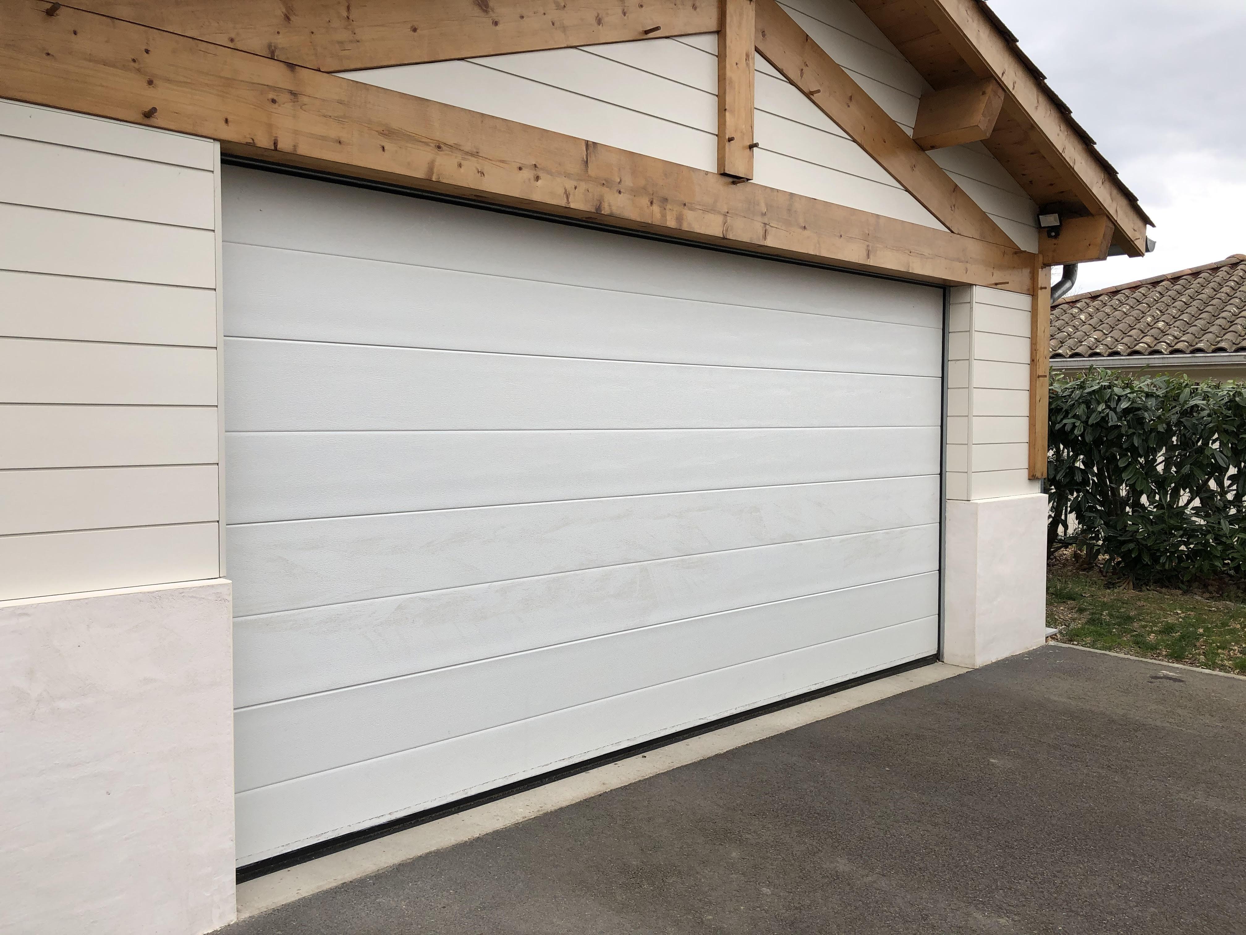 La porte de garage sectionnelle Orion Menuiseries : du sur mesure !